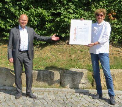 EAE Managing Director Ralf Pasker presents the certificate of extraordinary membership to Bettina Hahn, Application Manager ETICS Europe at Paroc GmbH.